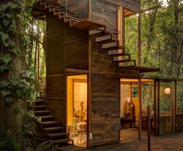 casa de madera con escalera caracol