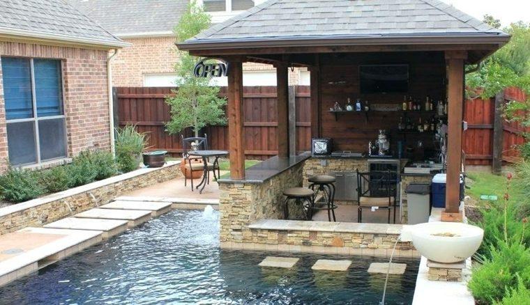 Cocina al aire libre y bar en la piscina