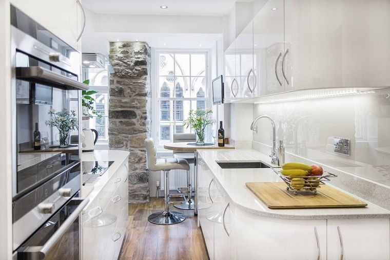 cocina-blanca-ideas-diseno-espacios-estrechos