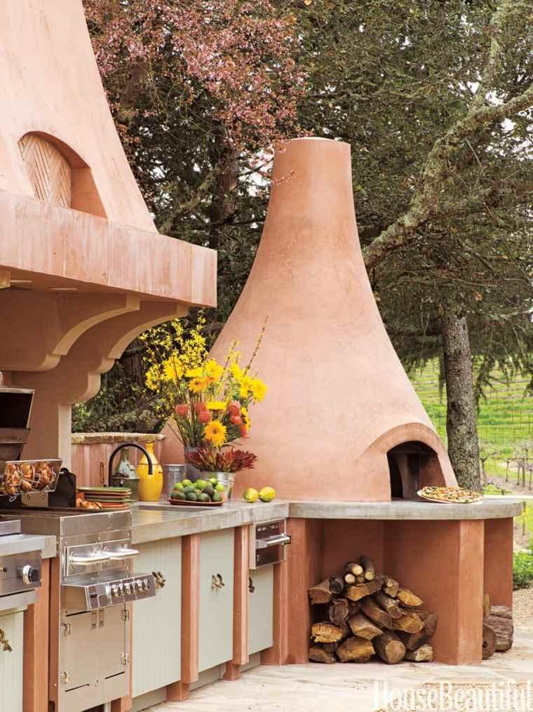 Decoración de la cocina al aire libre con horno de pizza de arcilla