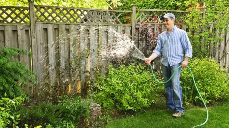 hombre regando jardin