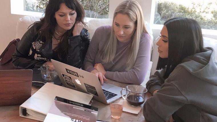Kim Kardashian estudiando