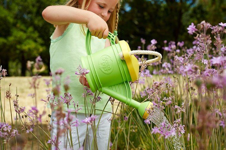 niña regando flores