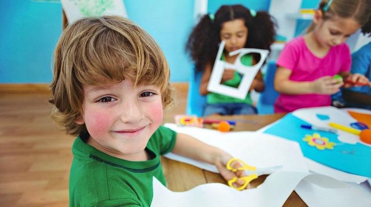Niños aprenden y se divierten con manualidades