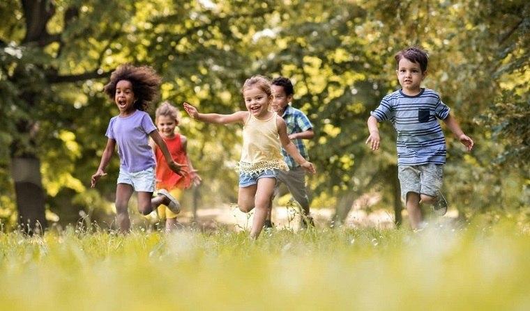 ninos-felices-jugando-aire-libre