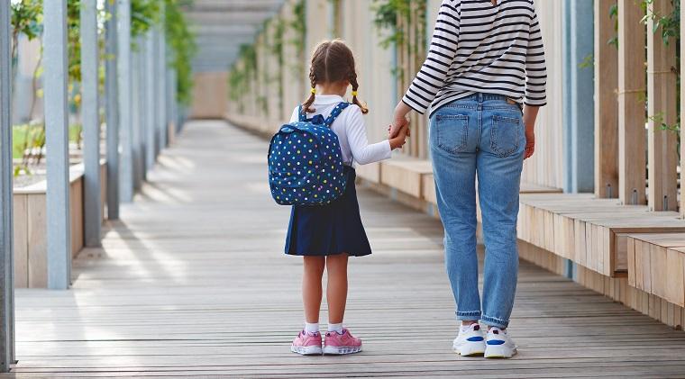 ninos-felices-padres-mostrar-gratitud