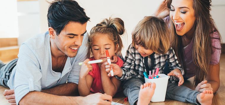 niños felices pasar-tiempo-jugando
