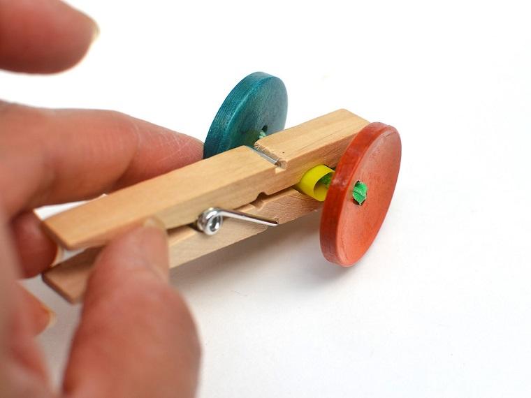 como hacer un carrito con pinzas de ropa