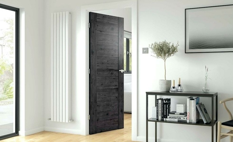puerta de madera oscura