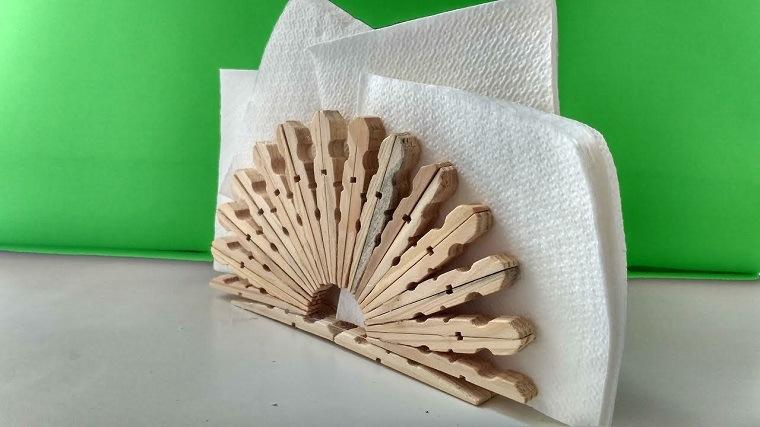 servilletero hecho con pinzas de madera