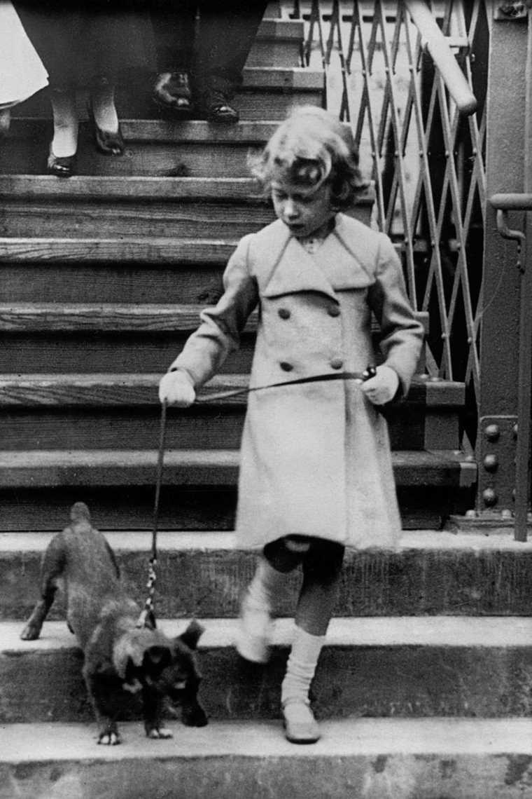 Isabel II paseando a su perro de joven