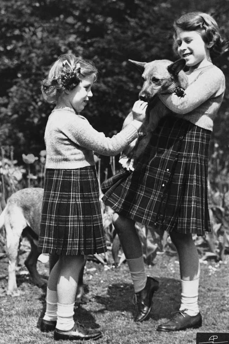 Estudiantes con perro y falda escocesa