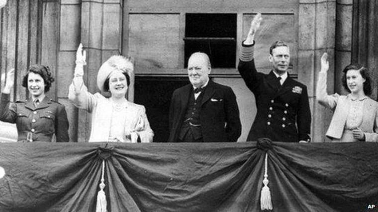 Winston Churchill rodeado de la Familia Real