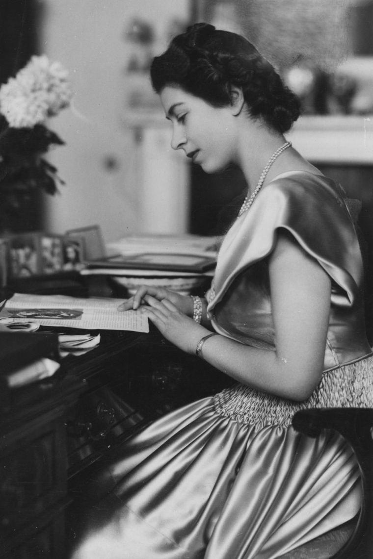 Mujer elegante con vestido satinado