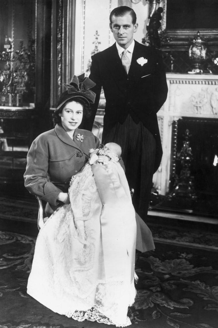 Principe Carlos de bebé con sus padres
