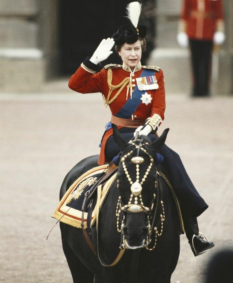 Isabel II con uniforme militar