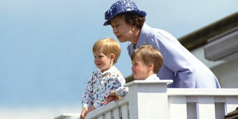 Nietos de la Reina de Inglaterra en ocio en la playa