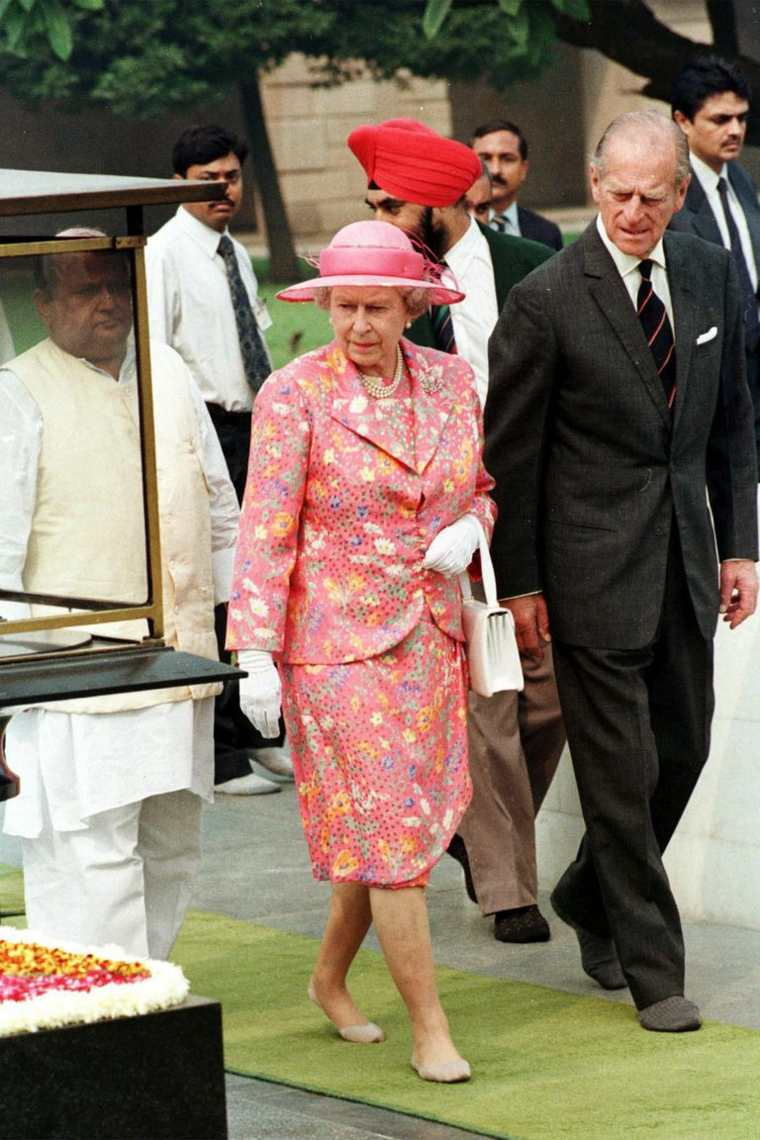 Vestido de realeza con sombrero elegante