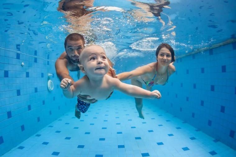 Aprender a nadar enseñado por los padres