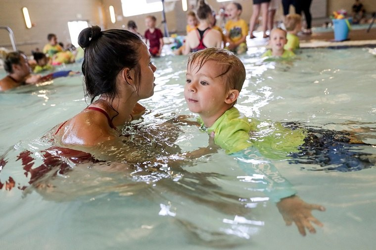 Aprender a nadar en piscina llana