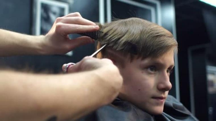 barbero cortando el pelo