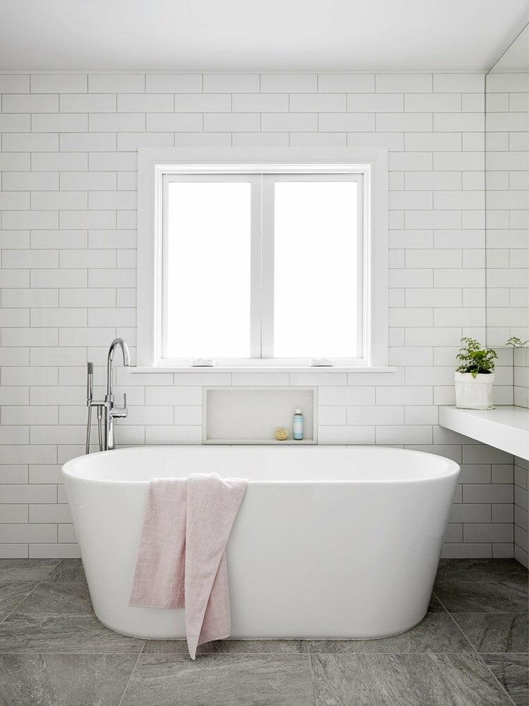 Baño moderno con bañera y vistas