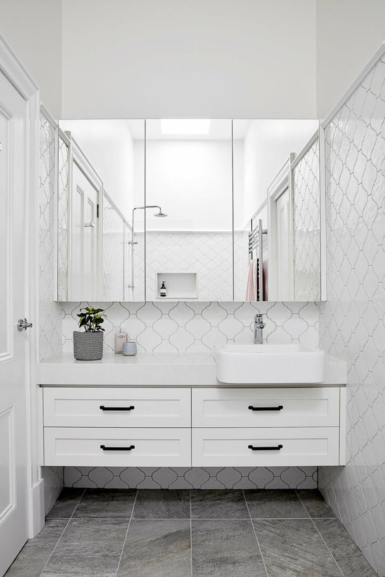 Baño moderno con azulejos y espejos