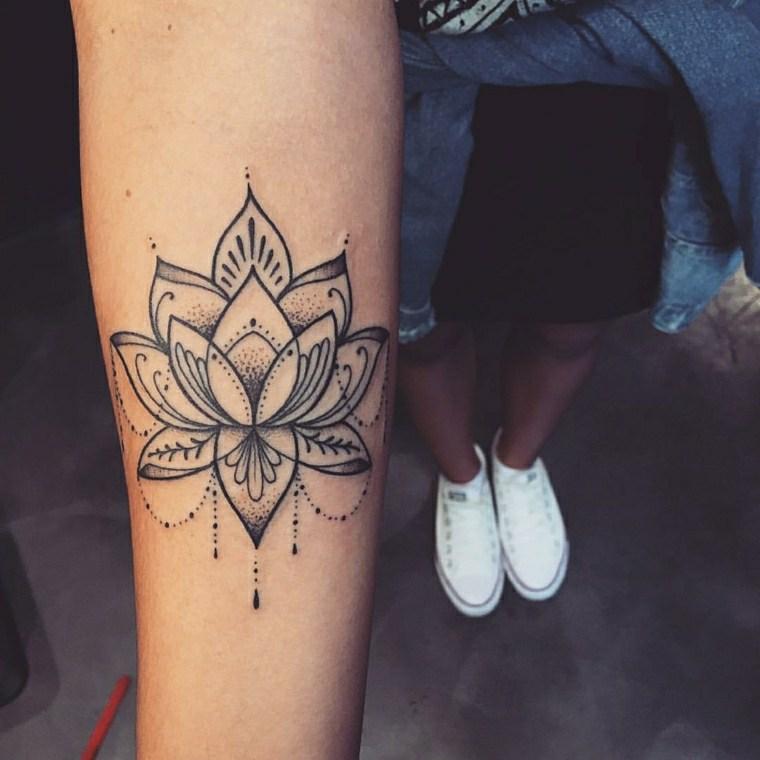 bello-diseno-tatuaje-estilo-mujer