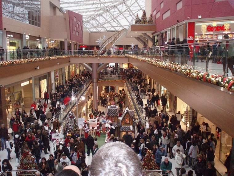 centro comercial lleno de gente
