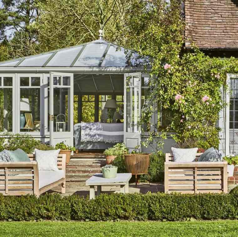 Caseta de jardín y conjunto de muebles de madera
