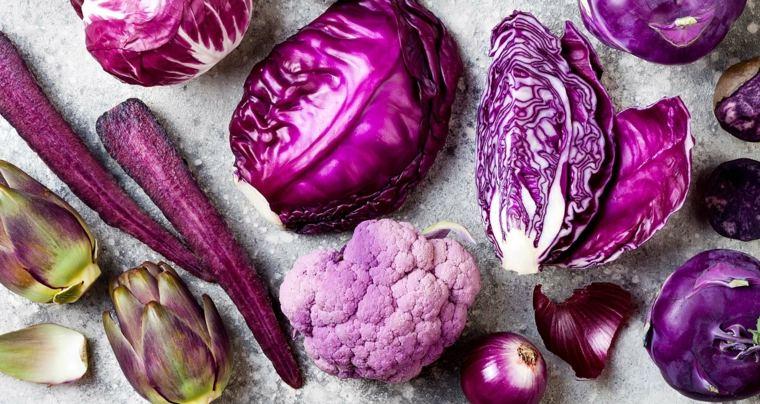 Las frutas y verduras azules y púrpuras