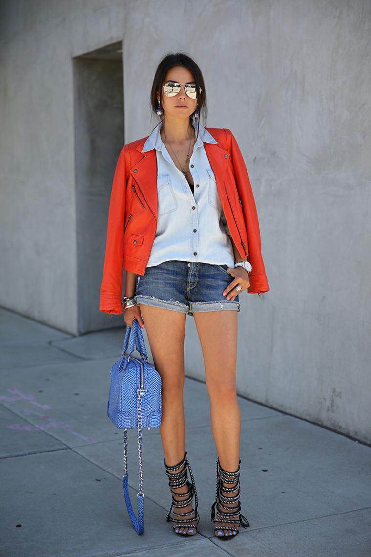 chaqueta naranja y pantalones cortos
