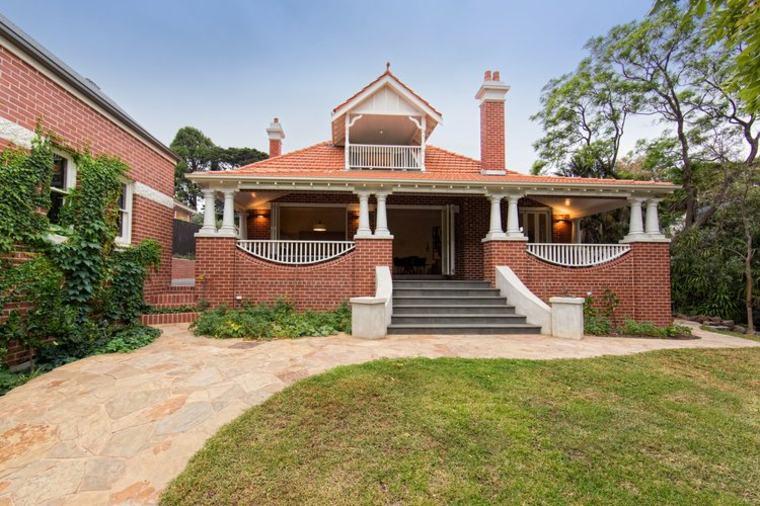 Casa de estilo clasico con ladrillos rojos
