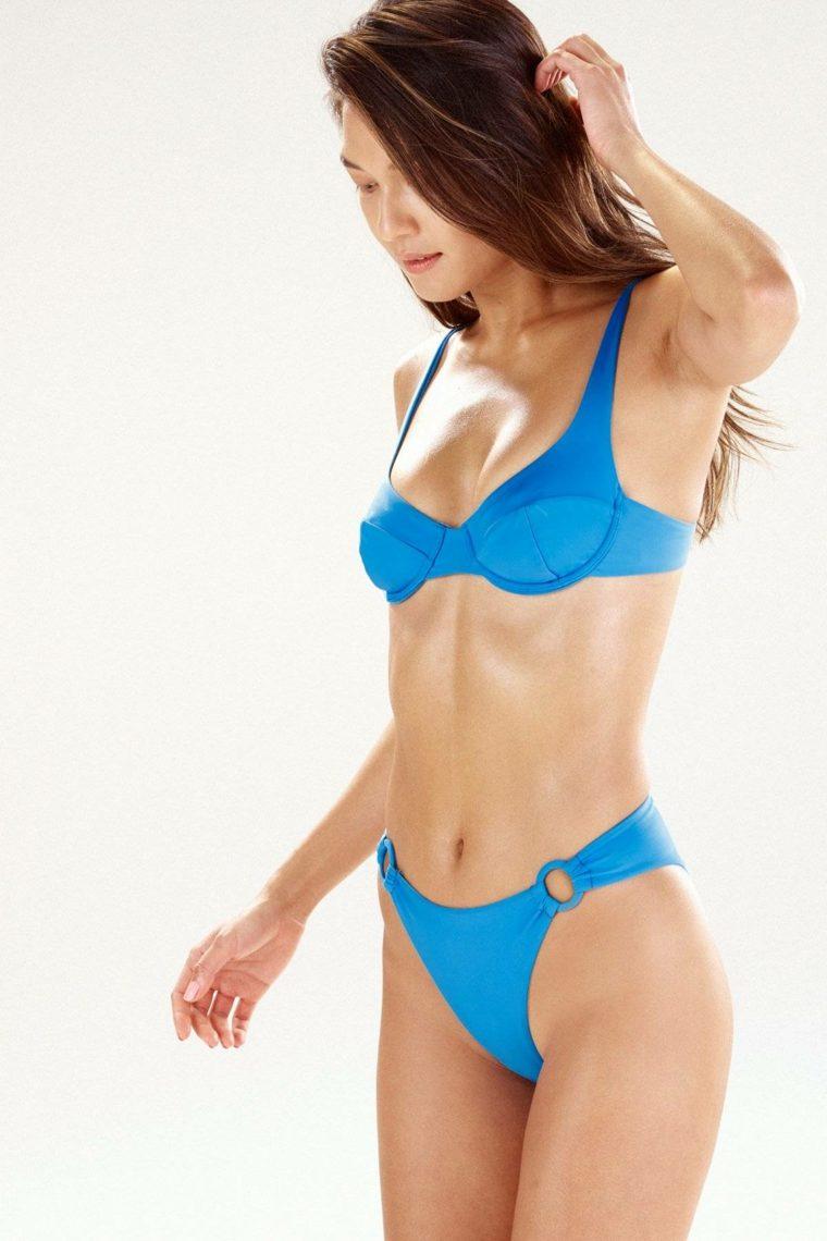 Bikini de color azul con aros