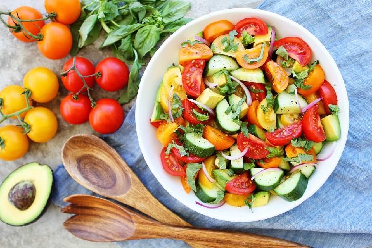 ensaladas-ricas-y-sanas-tomates-pepino-aguacate