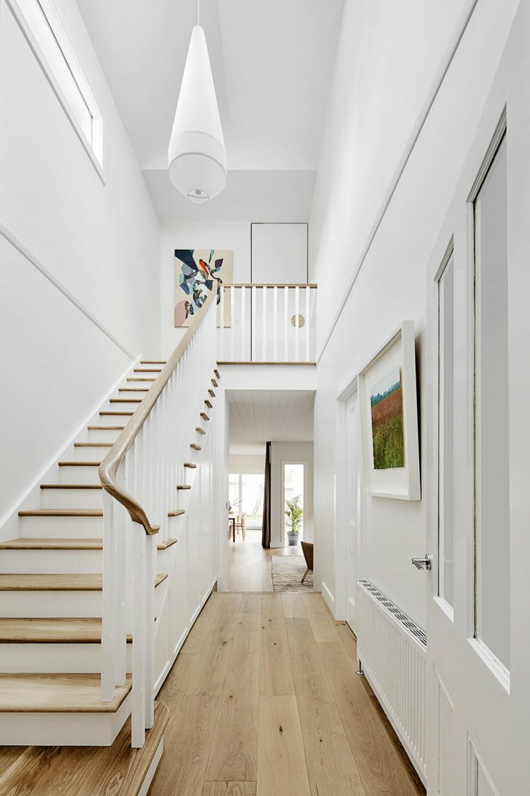 Escalera de casa con segunda planta