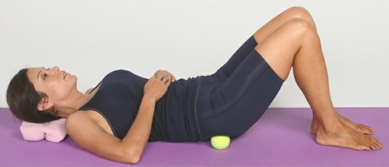 Estiramiento de espalda sobre bolas