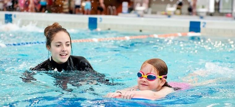 Aprender a nadar con instructora