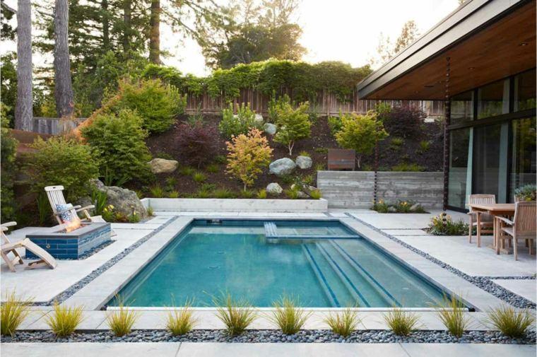 jardin-amplio-piscina-lugar-fuego