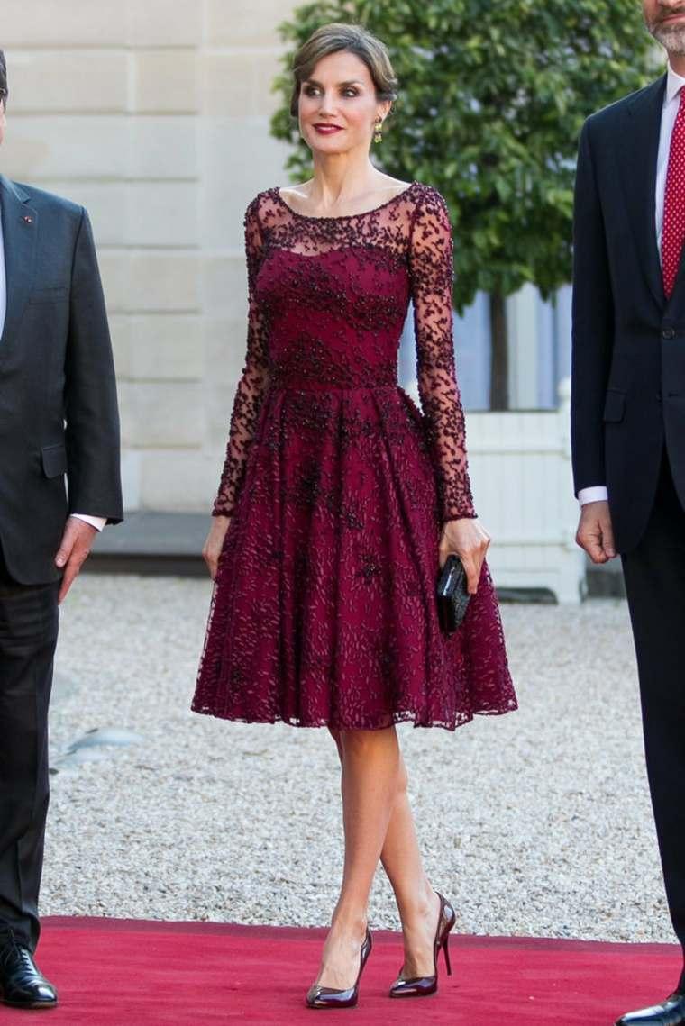 La Reina sobre la alfombra roja