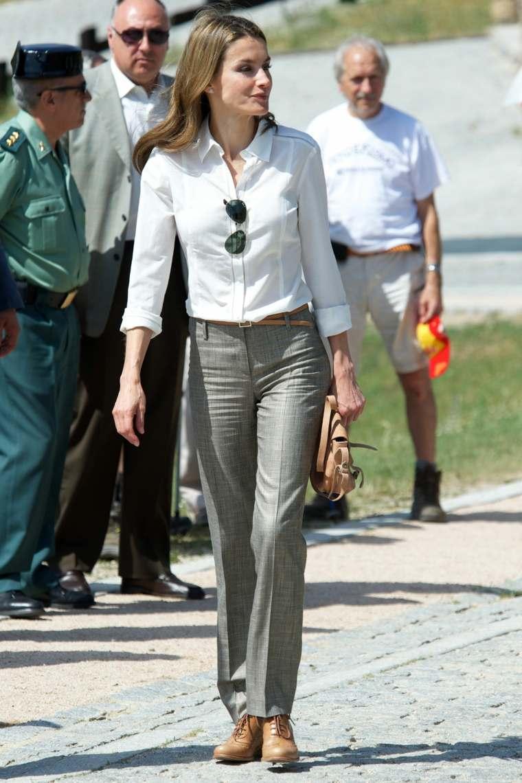Letizia Ortiz con pantalones grises lisos simples y de pierna recta