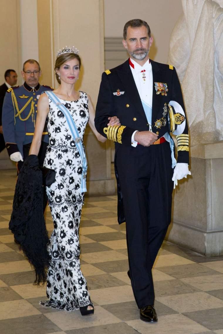 Reina Letizia Ortiz en vestimenta formal