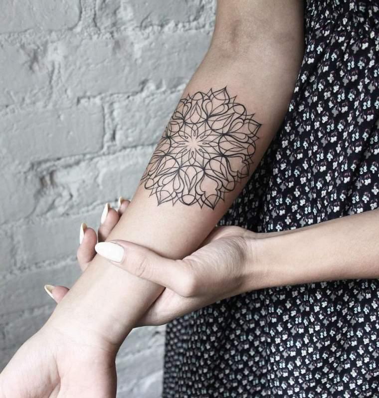 mandala-tattoo-brazo-mujer