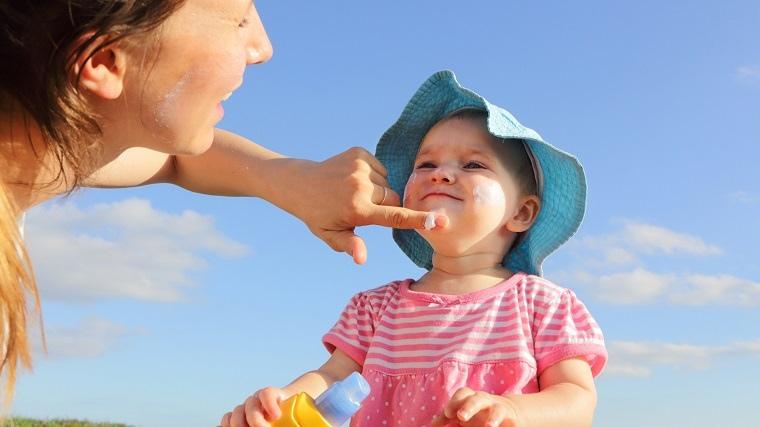aplicar protector solar natural para bebe