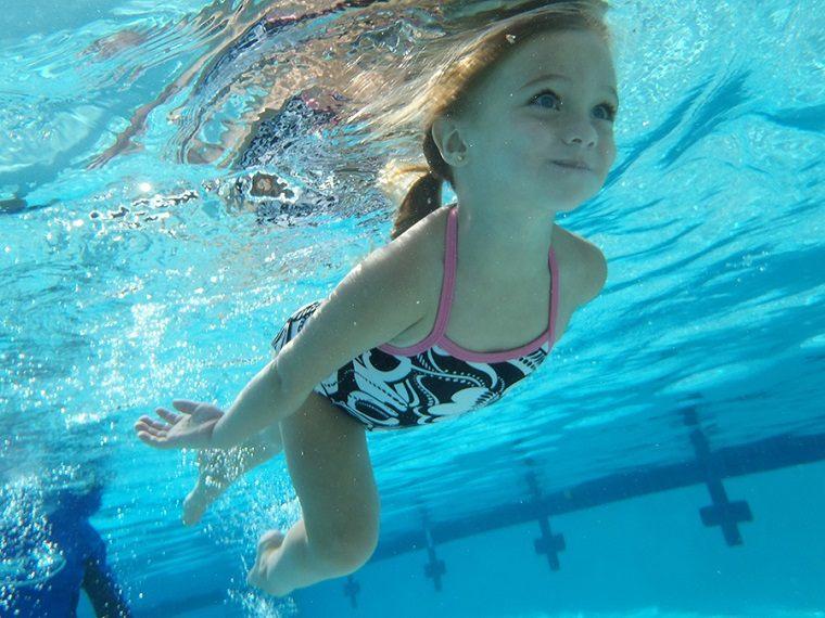 Niña sumergida nadando