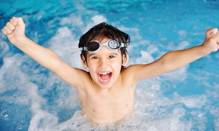 Aprender nadando hace feliz a niño