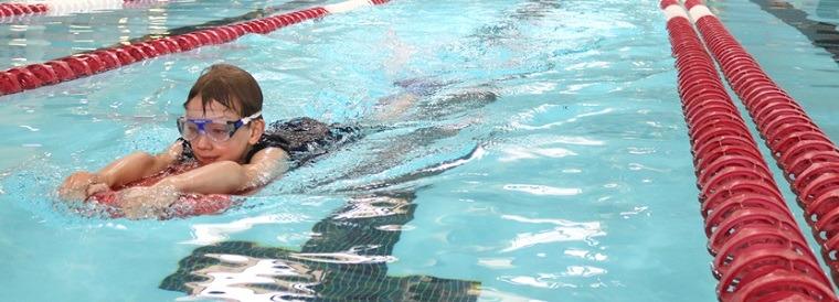 Niña nadando en linea recta