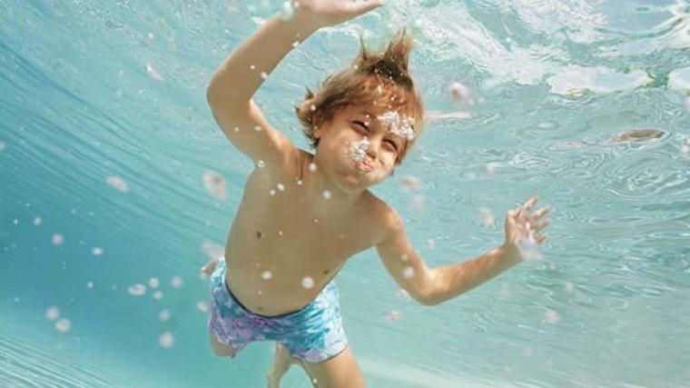 Niño respirando bajo el agua