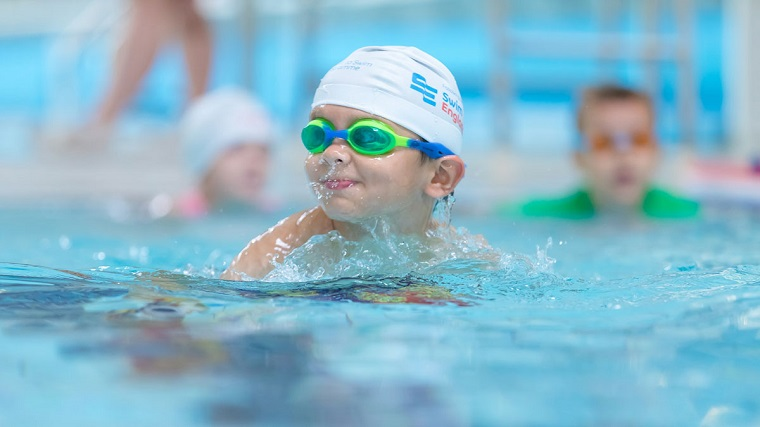 Niño en la piscina