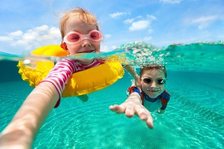 Hermanitos nadando y sumergidos